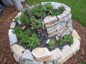 Hussl-Gartenbau-Kräuterschnecke-sieht-nicht-nur-schick-aus-sondern-bietet-viel-Platz-für-Kräuter
