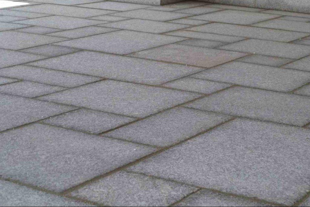 Unterschiedliche Muster bei gepflasterten Gartenwegen