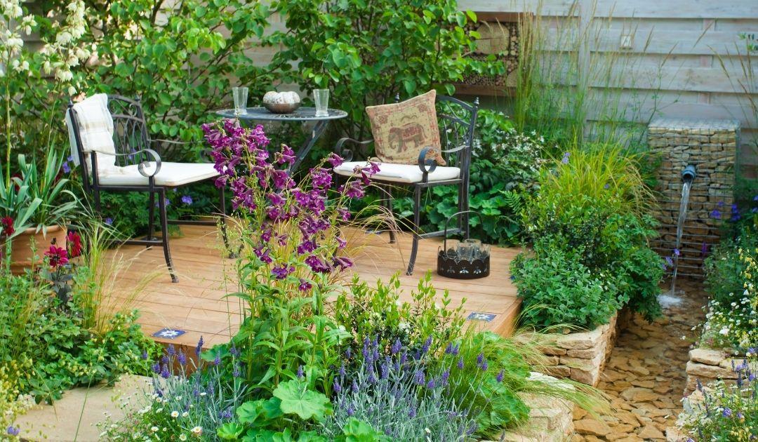 Zwei Stühle und ein Tisch im Garten